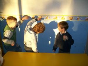 i bambini giocano con le ombre.