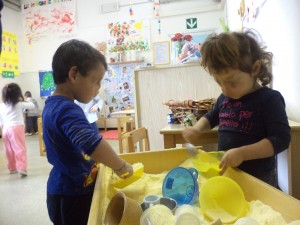 nella sezione dei bambini di 2 anni, giochi con la farina